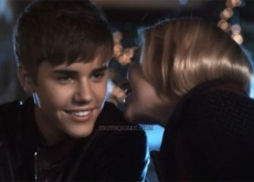 "Justin Bieber Debuts ""Mistletoe"" Christmas Song – Video"